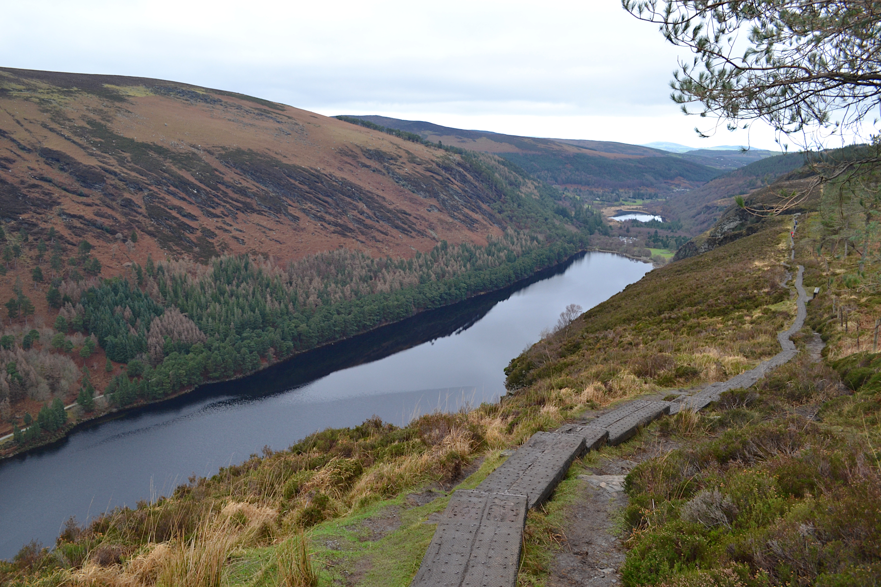 Panorama du paysage de l'upperlake à Glendalough, Wicklow montains national parc, ireland