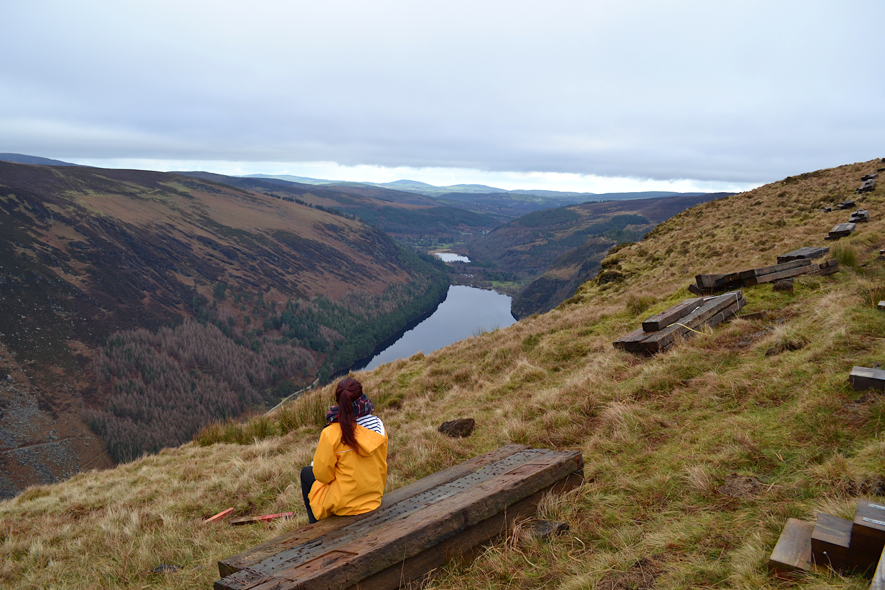 Vue sur l'upperlake et lowerlake glendalough, wicklow montains national parc, irlande